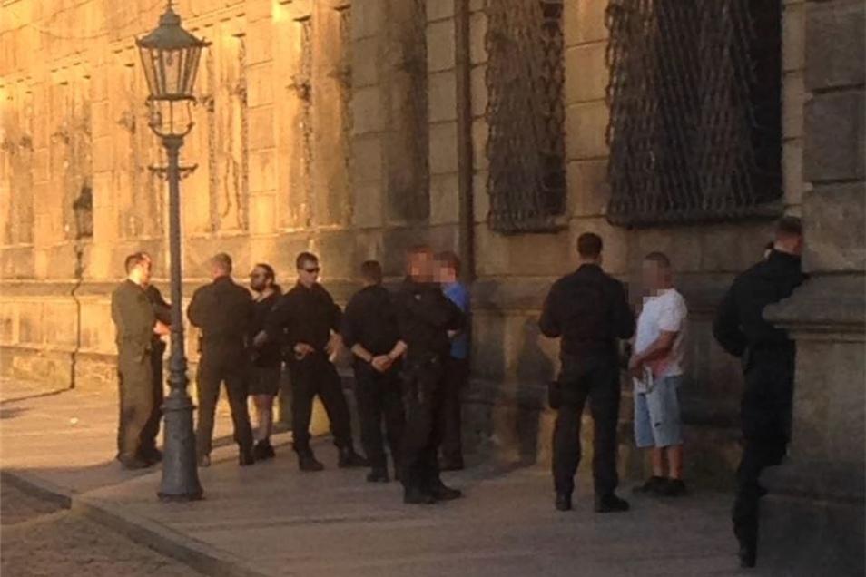 """Polizisten notierten die Personalien der """"5k-Aktivisten"""" am Rande der Theater-Aufführung."""