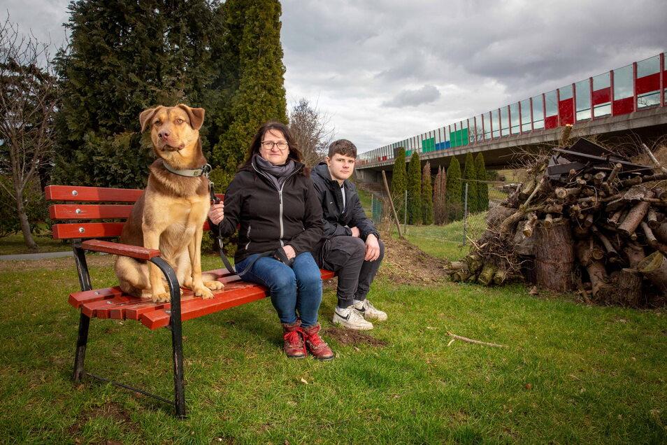 Garten mit Autobahnanschluss. Doreen Kleint mit Schwiegersohn in spe Veit Hänel und ihrem Hund im Garten vor dem Haus. Ein ruhiges Plätzchen sieht anders aus, denn das Grundstück grenzt direkt an eine Autobahnbrücke der A4 mit wenig Lärmschutz.