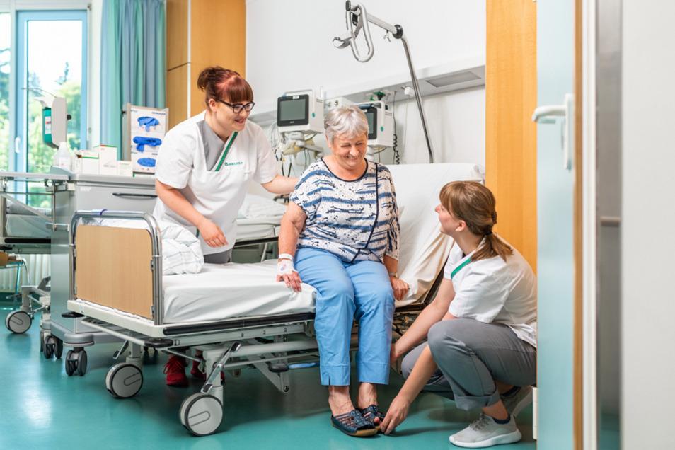 Als angehende Pflegekraft hilfst du Patienten auch beim Anziehen.