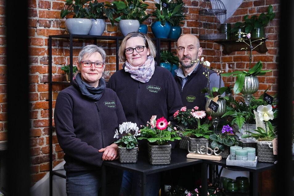 Gunter und Beate Mitschke (links) übernehmen ein Blumengeschäft und haben Floristin Bianca Rekitt (Mitte) eingestellt.