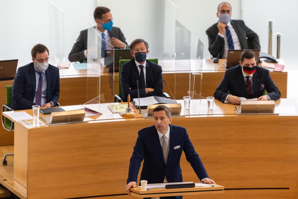 Sachsens Wirtschaftsminister Martin Dulig (SPD, M) hat heute in seiner Regierungserklärung ein weiterführendes Hilfsprogramm für Sachsens Firmen vorgestellt, blieb dabei aber vage.
