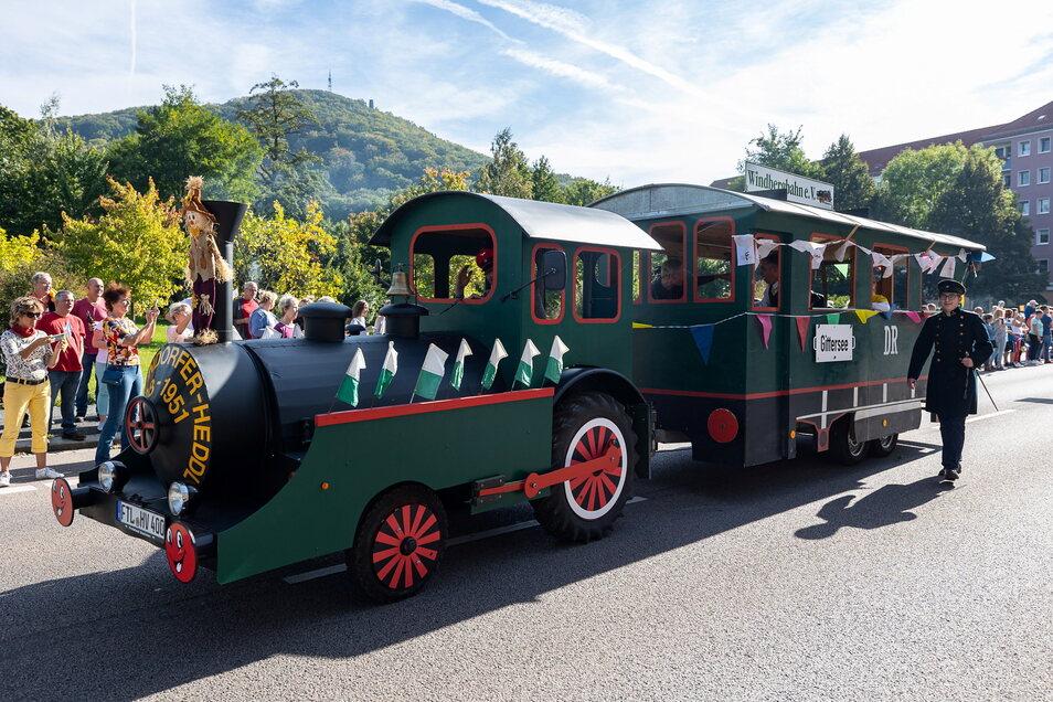 Die Windbergbahn, im Volksmund auch Possendorfer Heddel genannt, schnaufte beim Festumzug mit.