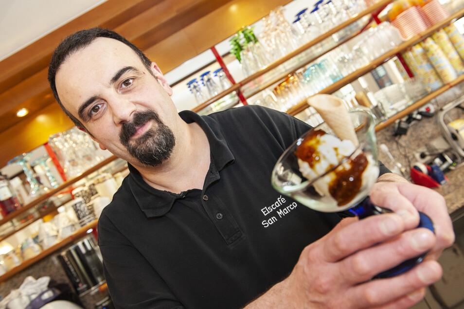Eisbecher gibt es bei Großenhains beliebtem Eismann Sandro Marcon zurzeit nicht im Café. Aufgrund der aktuellen Bestimmungen verkauft der Italiener nur über den Tresen zur Straße.