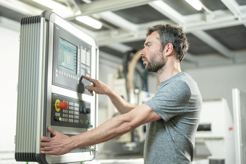 An der rund 200.000 Euro teuren CNC-Fräsmaschine kennt sich der 33-Jährige aus. Früher hat er in einer Firma gearbeitet, die solche Anlagen herstellt.