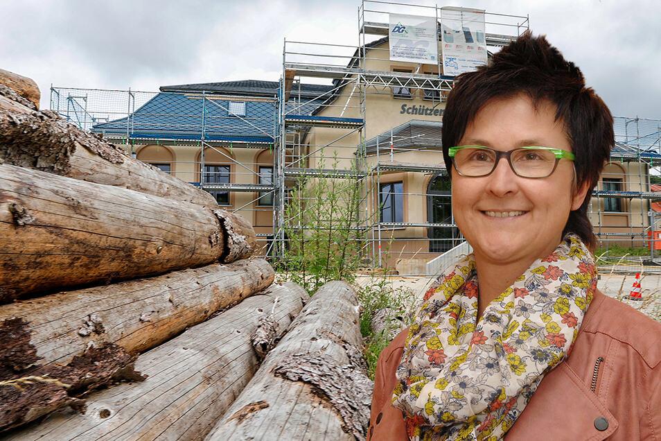 Bürgermeisterin Sylvia Hölzel ärgert sich: das Oppacher Schützenhaus muss zum zweiten Mal saniert werden.