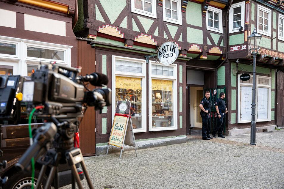 Einsatzkräfte der Polizei sichern den Tatort im Juweliergeschäft in der Innenstadt von Celle.