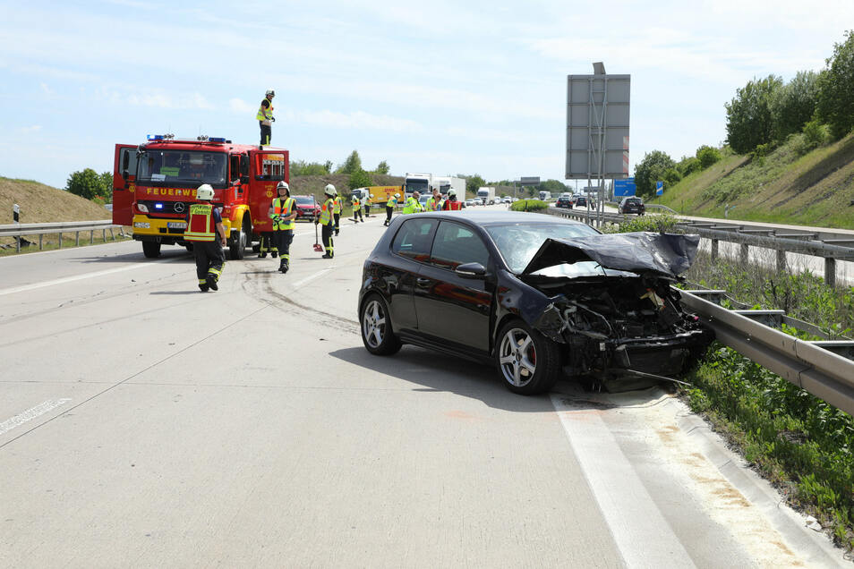 Zwei Autos Totalschaden, drei Personen verletzt - das ist die Bilanz dieses Unfalls.