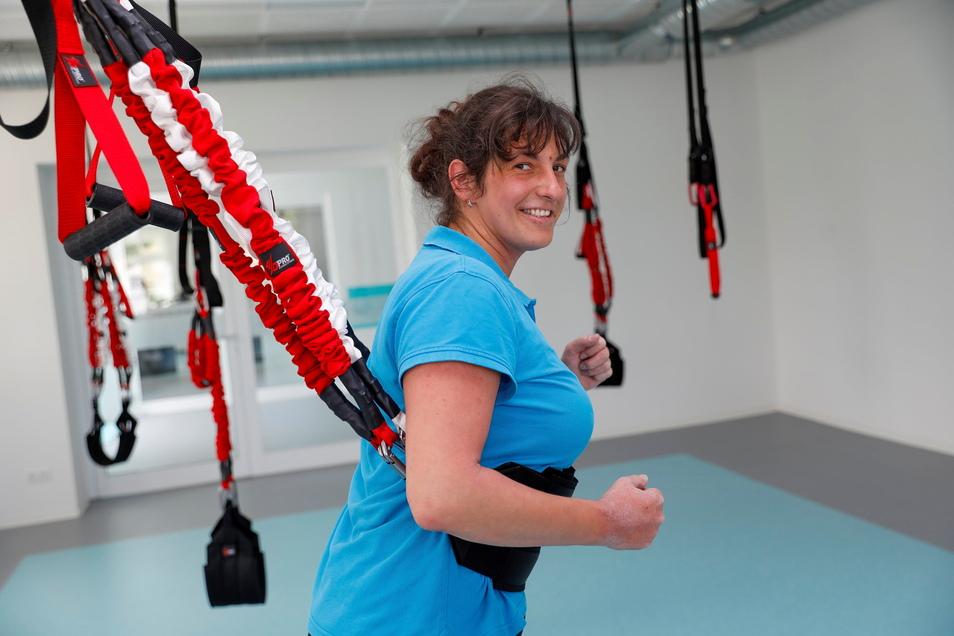 Stefanie Golbs demonstriert Bungee-Fitness.