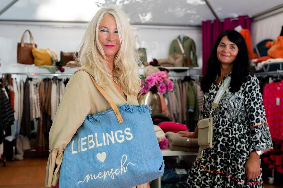 Besondere Kleidung, Schuhe, Taschen und Accessoires haben Susanne Gartz (l.) und Christine Schleimer mit nach Großharthau gebracht.