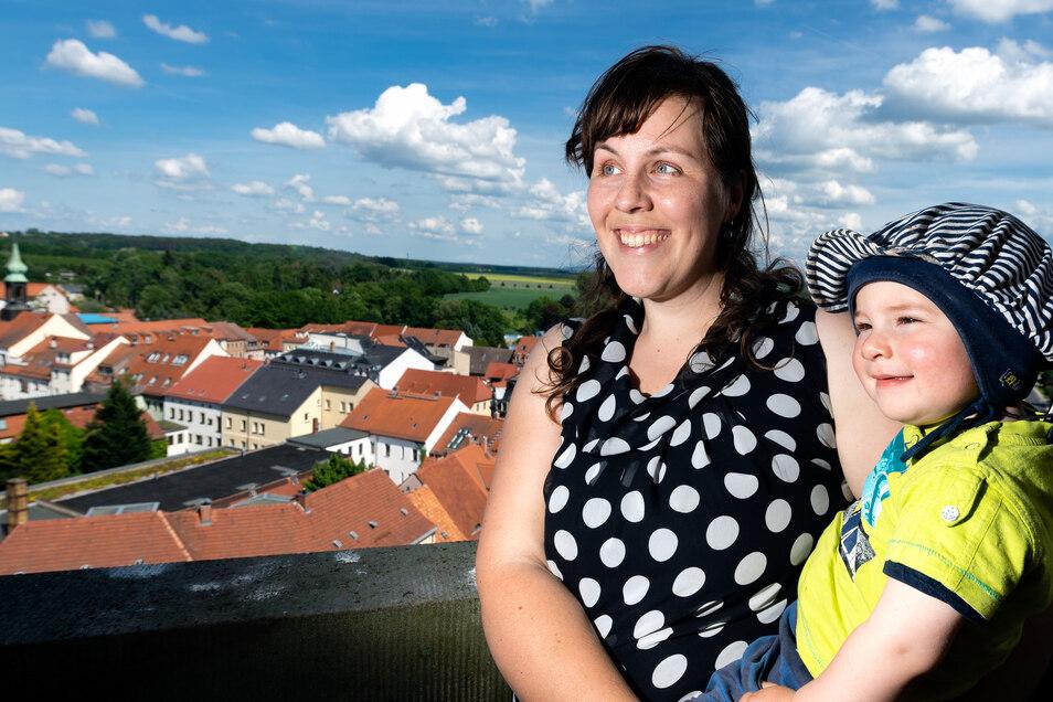Blick über die Stadt:Maike Henschel und Tochter Louise (1) aus Arnsdorf genossen den Ausblick vom Turm der Stadtkirche. Er konnte bei freiem Eintritt bestiegen werden. Das Angebot wurde von zahlreichen Stadtfestbesuchern genutzt. Schon, weil dort oben ein kühles Lüftchen wehte.
