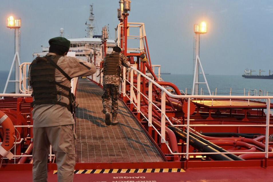 """Zwei bewaffnete Soldaten der iranischen Revolutionsgarde boarden den unter britischer Flagge fahrenden Öltanker """"Stena Impero""""."""
