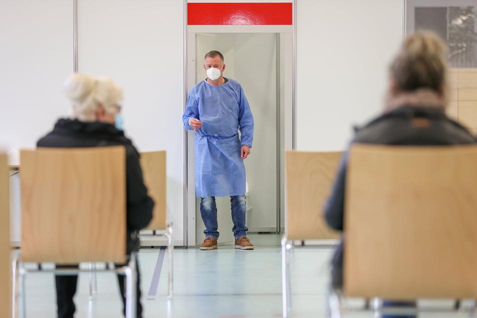 Ein Impfarzt bittet in Plauen den nächsten Patienten in eine Impfkabine. In Sachsen können sich jetzt auch Menschen aus der Priorisierungsgruppe 2 gegen das Coronavirus impfen lassen.