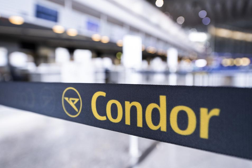 Symbolbild: Das Logo der Thomas Cook Tochter Condor ist am Tag der Insolvenz des britischen Reisekonzerns Thomas Cook vor einem geschlossenen Schalter auf einem Absperrband zu sehen