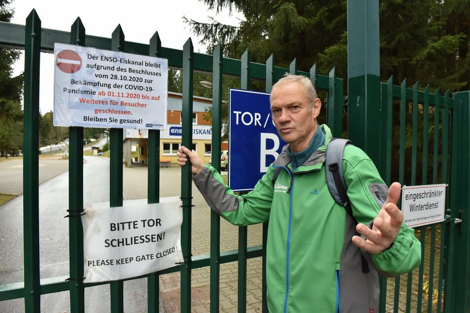 Wegen Corona geschlossen. Rolf Friebel steht vorm Tor der Bobbahn. Normalerweise zeigt er Besuchern den Eiskanal.