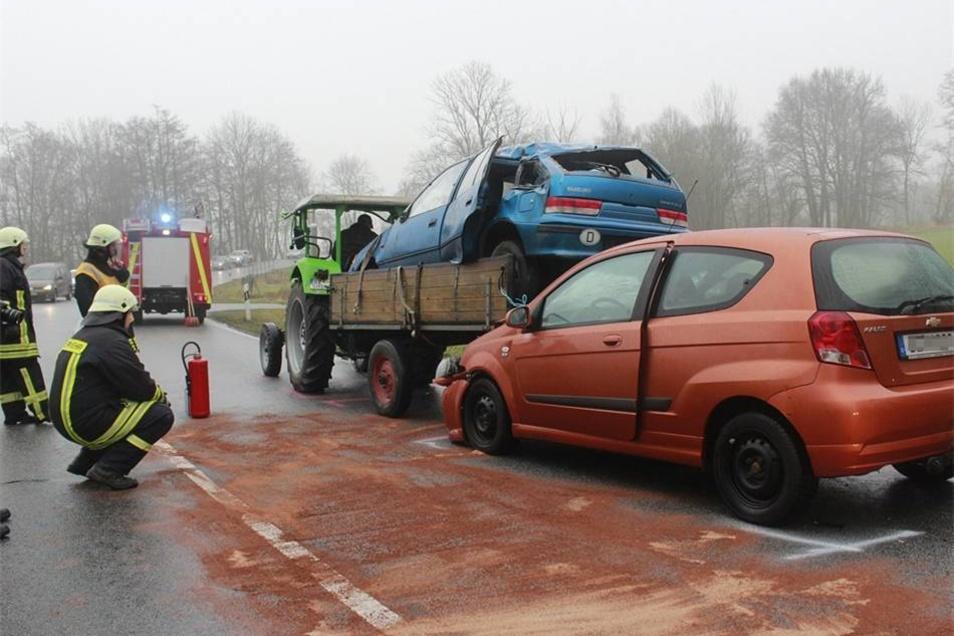 Der Chevrolet wurde unter dem mit einem alten Auto beladenen Anhänger eingeklemmt.