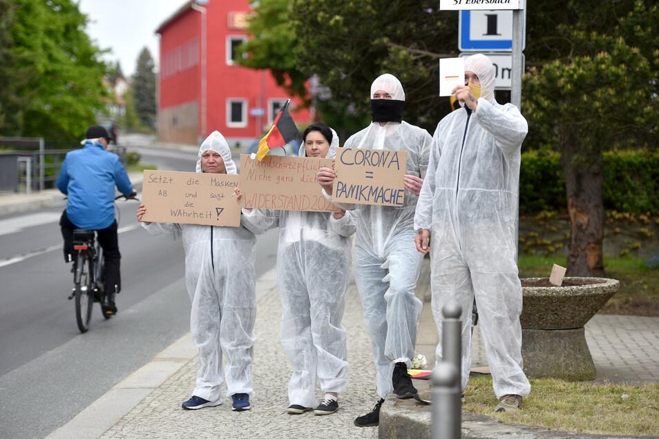 In Eibau schlüpften diese Demonstranten gleich in Schutzkleidung.
