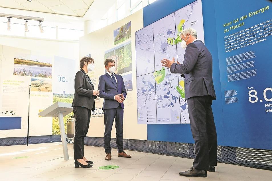 Die Lausitz Energie Bergbau AG mit ihren Tagebauen und Kraftwerken will Teil des Strukturwandels sein. Das versicherte Vorstand Hubertus Altmann (re.) der Bundesverteidigungsministerin Annegret Kramp- Karrenbauer und dem sächsischen Ministerpräsidenten
