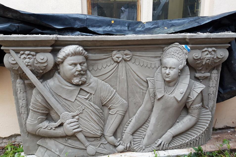 Das Erkerrelief des Kurfürstenpaares Christian II. und seiner Frau Hedwig von Dänemark soll die Fassade des Fürstlichen Hauses scmücken.