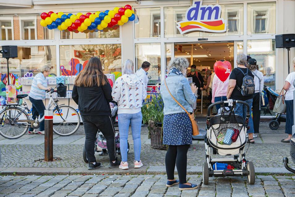 Kunden warten sogar vor dem Geschäft, um einkaufen zu können.