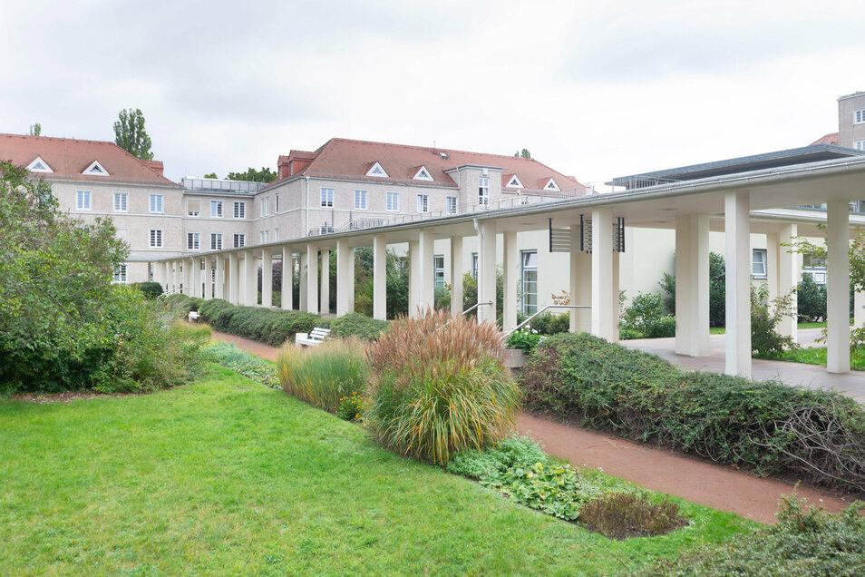 Mit seinem Park kann das Neustädter Krankenhaus punkten. Er ist auch denkmalgeschützt, was einen Neubau im Innenhof verhindert.