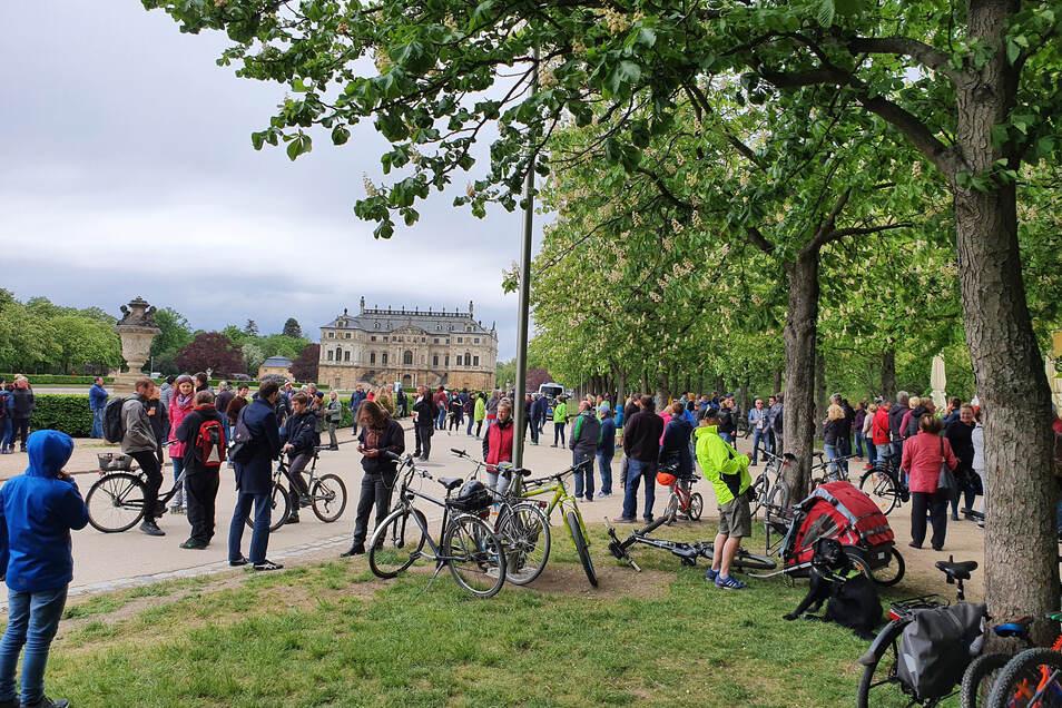 Mehrere Dutzend Menschen haben sich am Sonnabend am Palaisteich im Großen Garten getroffen, um gegen die staatlichen Corona-Einschränkungen zu demonstrieren. Das sagt aber kaum jemand.
