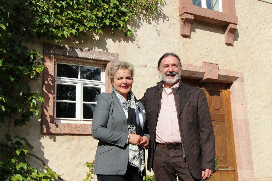Veronika Bellmann (CDU) und Pier Giorgio Furlan vor dem Rittergut in Ehrenberg.