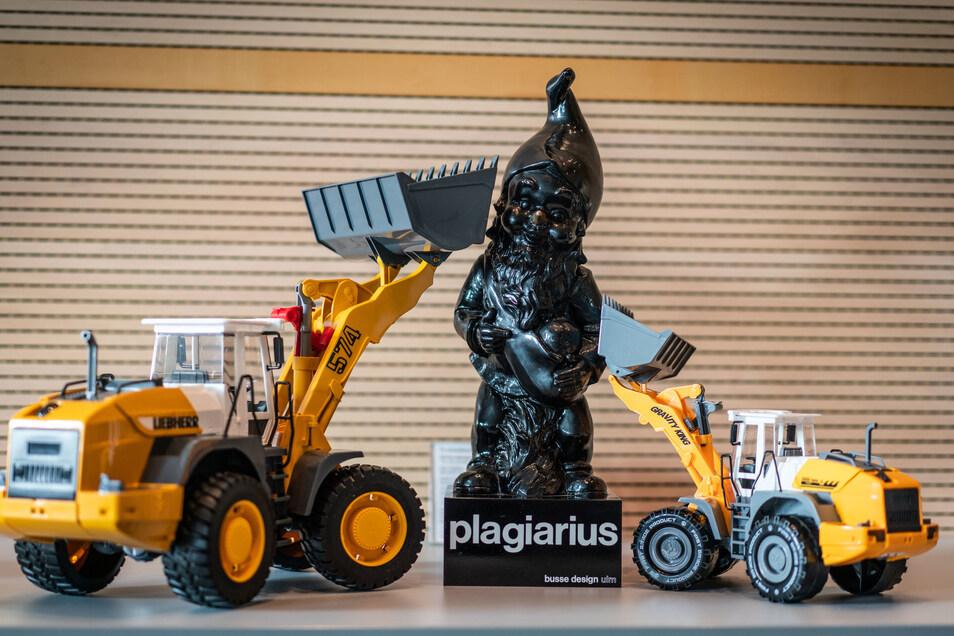 Das Original eines Spielzeugbaggers der Firma Bruder Spielwaren aus Fürth (l) und das Plagiat einer chinesischen Firma (r).