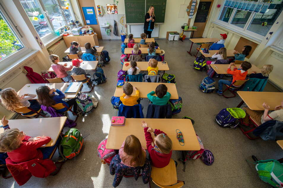 Zurück im fast normalen Schulalltag: Dresdner Kinder lernen wieder in den Klassen. Nun sorgt die Kürzung der Schulbudgets für Ärger.