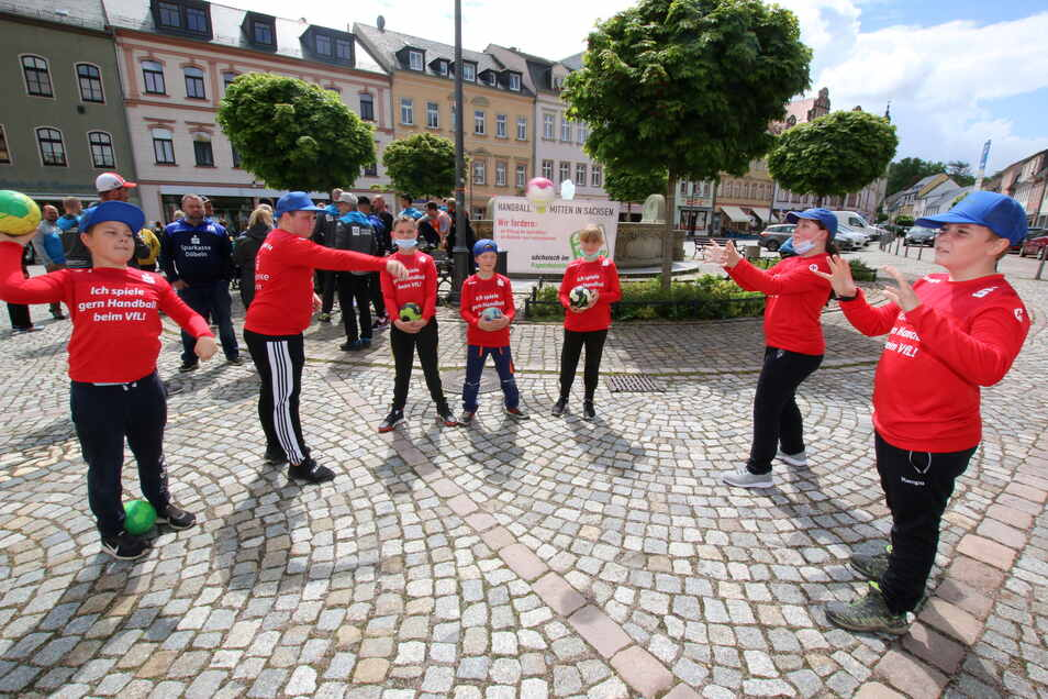 """Unter dem Motto """"Zeit für den Neustart"""" haben die Handballer des VfL Waldheim 54 auf dem Obermarkt auf sich aufmerksam gemacht."""