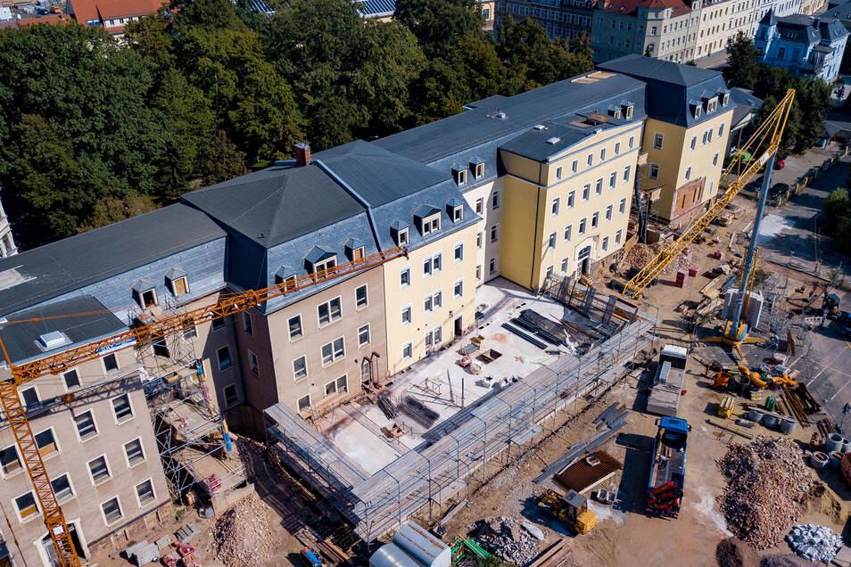Das Kasernengebäude von oben. Derzeit erfolgt der Umbau für den Landesrechnungshof. Neu gebaut wird ein Anbau vor dem Gebäude, der gerade hochgezogen wird.