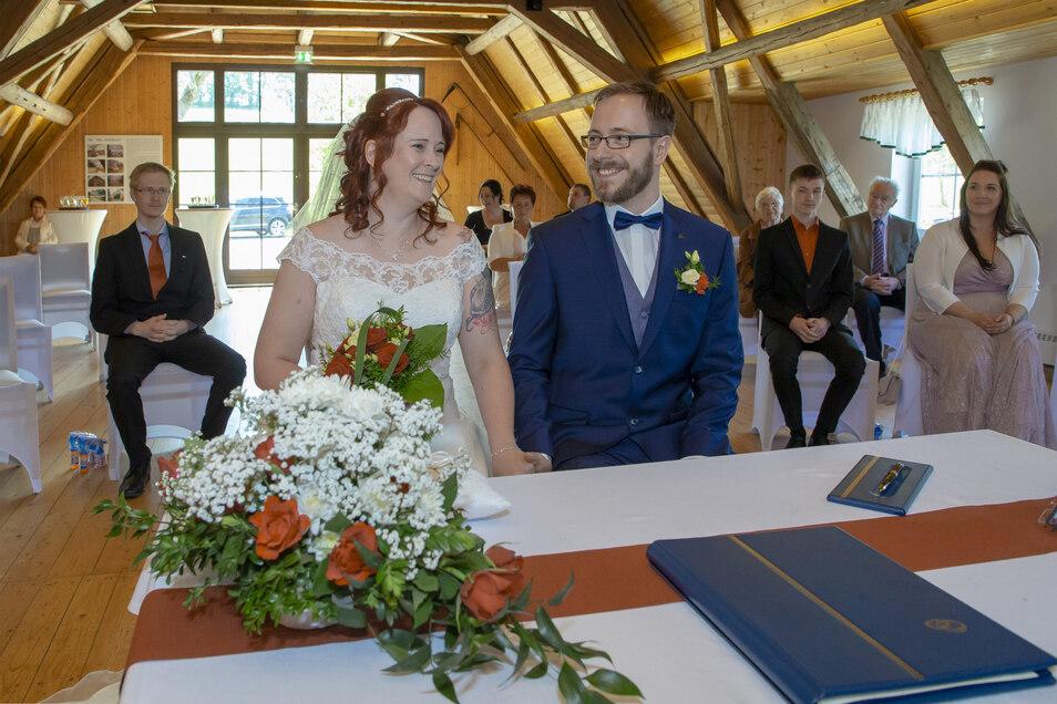 """Christiane Märker (geb. Krause, 43) und Max Märker (28) aus Pretzschendorf ließen sich am Sonnabend im Dorfgemeinschaftshaus """"Alte Schäferei"""" in Sadisdorf trauen."""