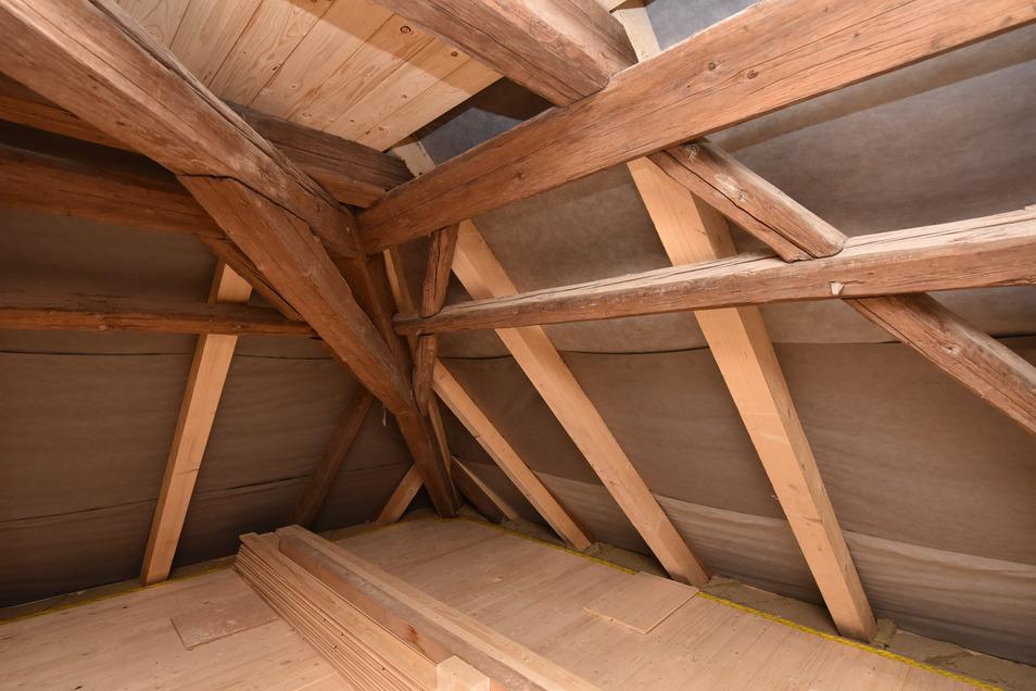 Das sanierte Dachgebälk im Haupthaus zeigt ein Nebeneinander von alten Balken und neuen, die überall dort eingezogen werden mussten, wo die alten nicht mehr zu erhalten waren.
