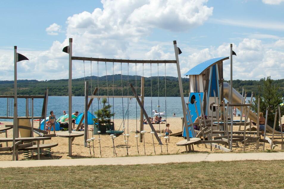 Ebenfalls noch jung an Jahren: der Spielplatz am Nordoststrand des Berzdorfer Sees. Er erhält zurzeit ein riesiges Sonnensegel für etwas Schatten.