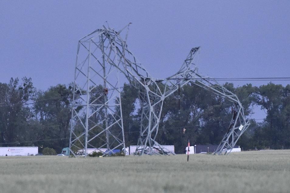 Verdrehte Masten einer Hochspannungsleitung an der Autobahn D2 bei Břeclav.