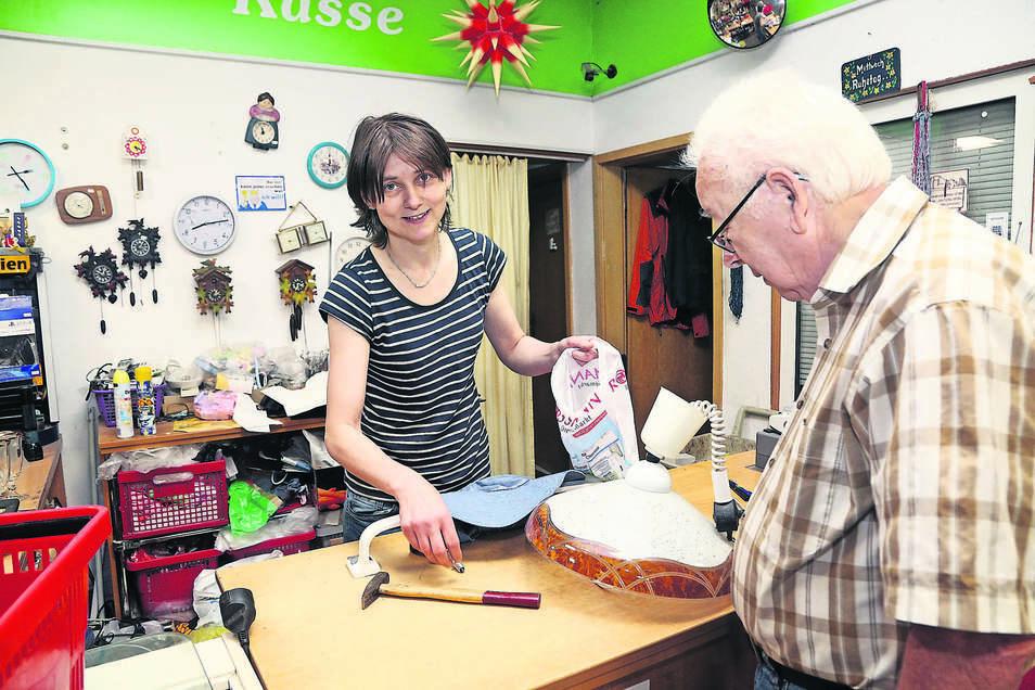 Inhaberin Jenny Richter steht an der Kasse der Trödelmarktes.