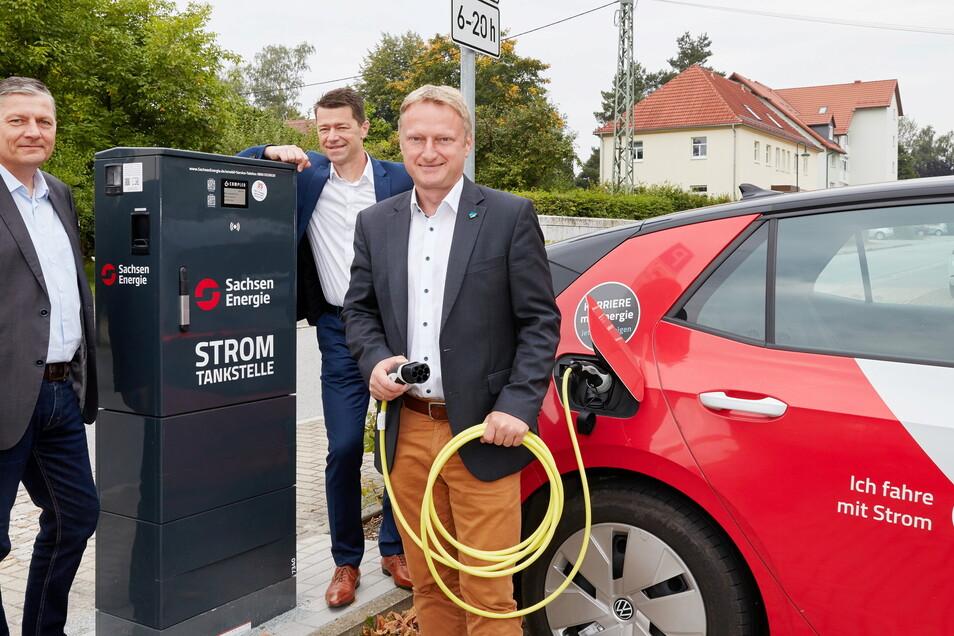 Kommunalvertriebsleiter Gunnar Schneider (M.) und Detlef Marko (l.), Regionalbereichsleiter der SachsenEnergie AG, haben am Dienstag an Bürgermeister Hagen Israel, Bürgermeister Ladesäule für Elektroautos in Sohland übergeben.