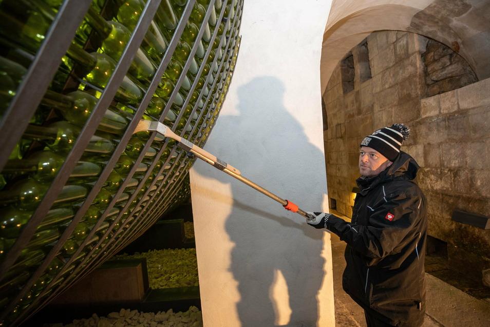 Vorbereitet für den Neustart: Jens Hickmann vom technischen Dienst putzt die Nachbildung von Augusts Riesenweinfass.