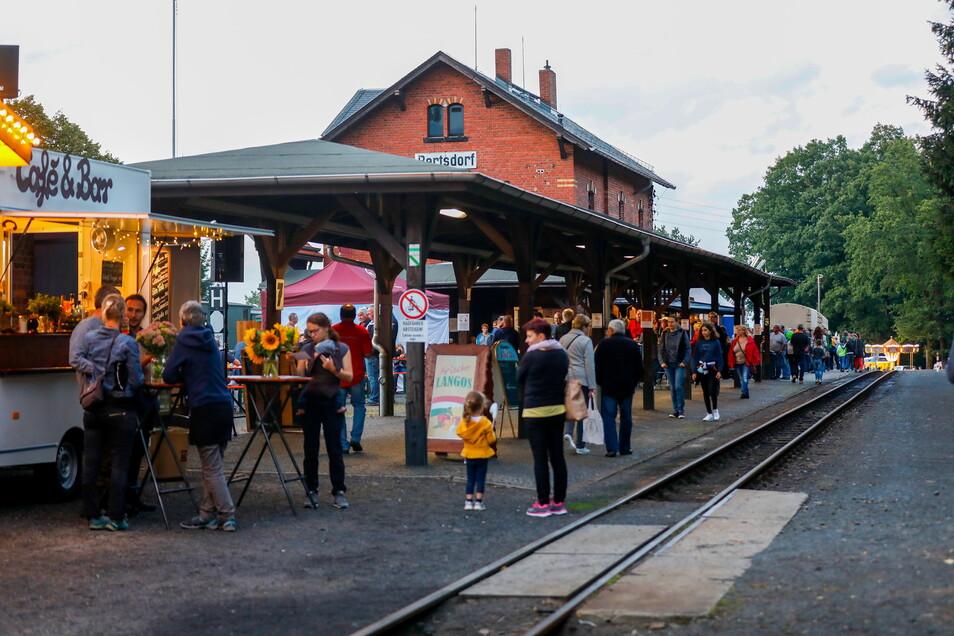 Regionale Händler - von Töpferwaren bis Eisenbahnlektüre - luden im vorigen Jahr zum Flanieren am Bahnhof Bertsdorf ein.