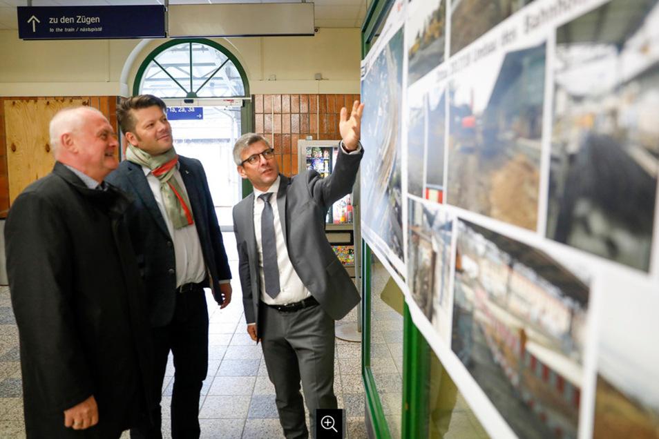 Uwe Domke (rechts), Leiter des Regionalnetzes Südost der DB Netz AG, zeigt Zittaus OB Thomas Zenker (Mitte) und Zvon-Geschäftsführer Hans-Jürgen Pfeiffer im Bahnhofsgebäude die Fotos von den Umbauarbeiten.