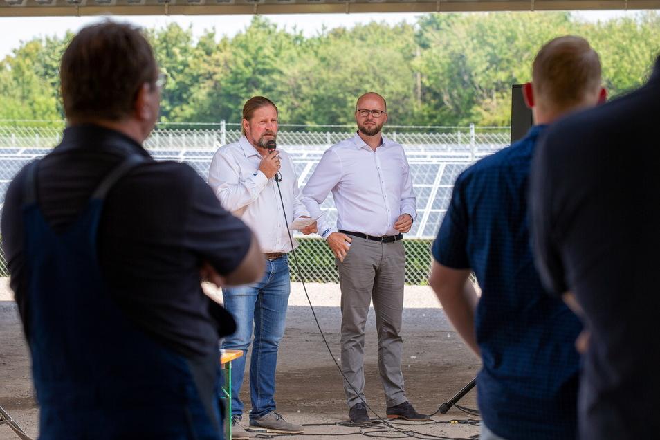 Die Geschäftsführer Torsten Freudenberg und David Riedrich begrüßen Mitarbeiter und Gäste.