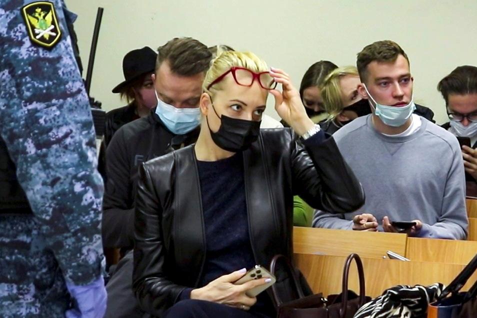 Julia Nawalnaja (M), Ehefrau des russischen Oppositionsführer Navalny, im Gerichtssaal.