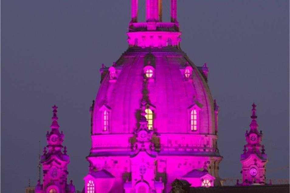Die Frauenkirche erstrahlt in sattem Magenta.