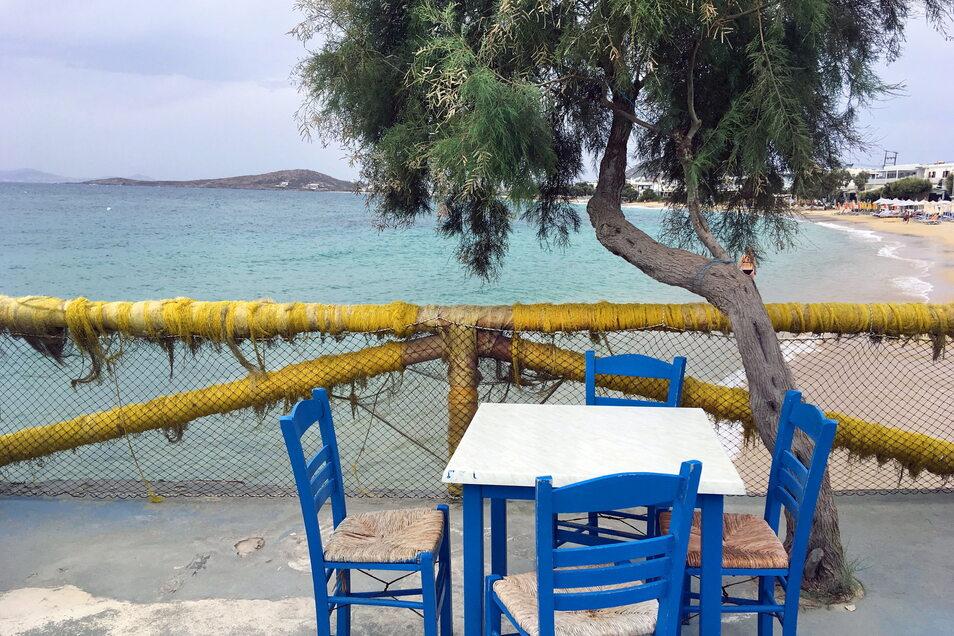 Griechenland, Naxos: Tische und Stühle stehen bereit für Gäste auf der Insel Naxos. Ab Sonntag wird Griechenland jedoch wieder zum Risikogebiet.