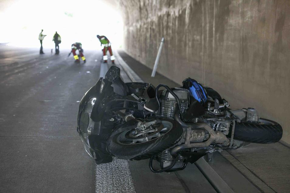 Der Fahrer wurde bei dem Sturz schwer verletzt.