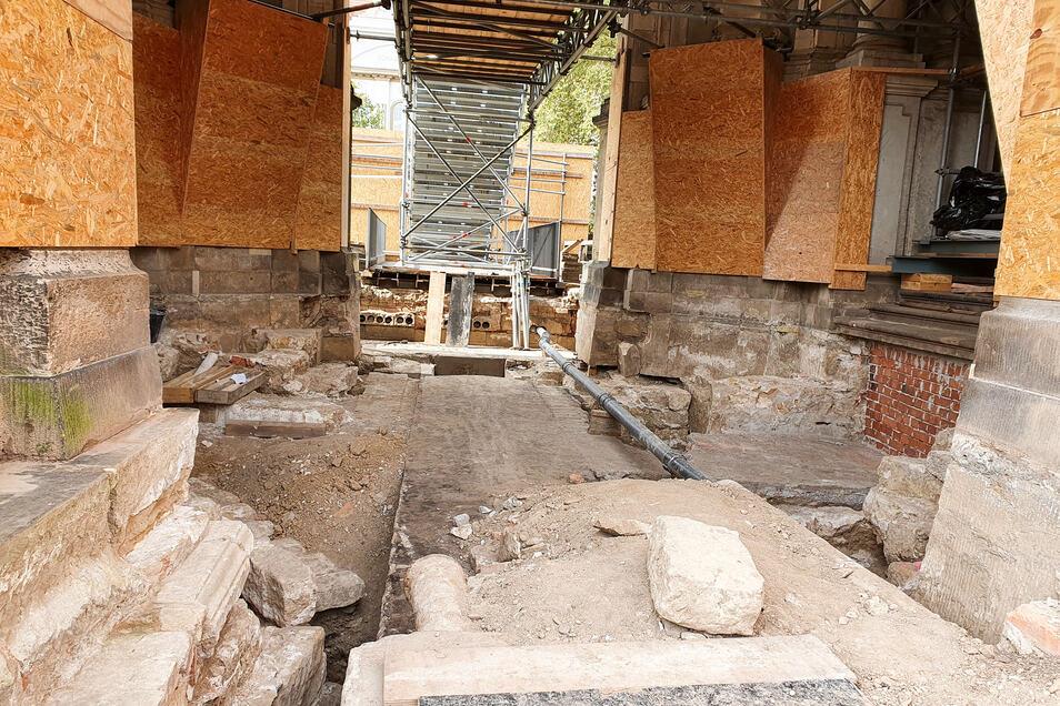 Ein Blick in den freigelegten Keller unter dem Kronentor. Wegen der alten Mauern sind die Sicherungsarbeiten aufwendiger als gedacht. Sie sollen bis zum kommenden Frühjahr abgeschlossen werden.