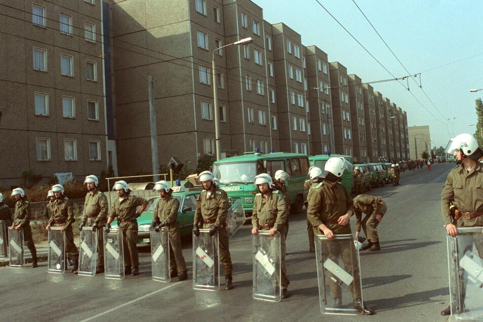 Polizeikräfte blockierten am 23. September 1991 Straßen in Hoyerswerda. Die Stadt war kurz zuvor der erste Ort in Deutschland, in dem nach der Wiedervereinigung Gewalt gegen Ausländer eskalierte.