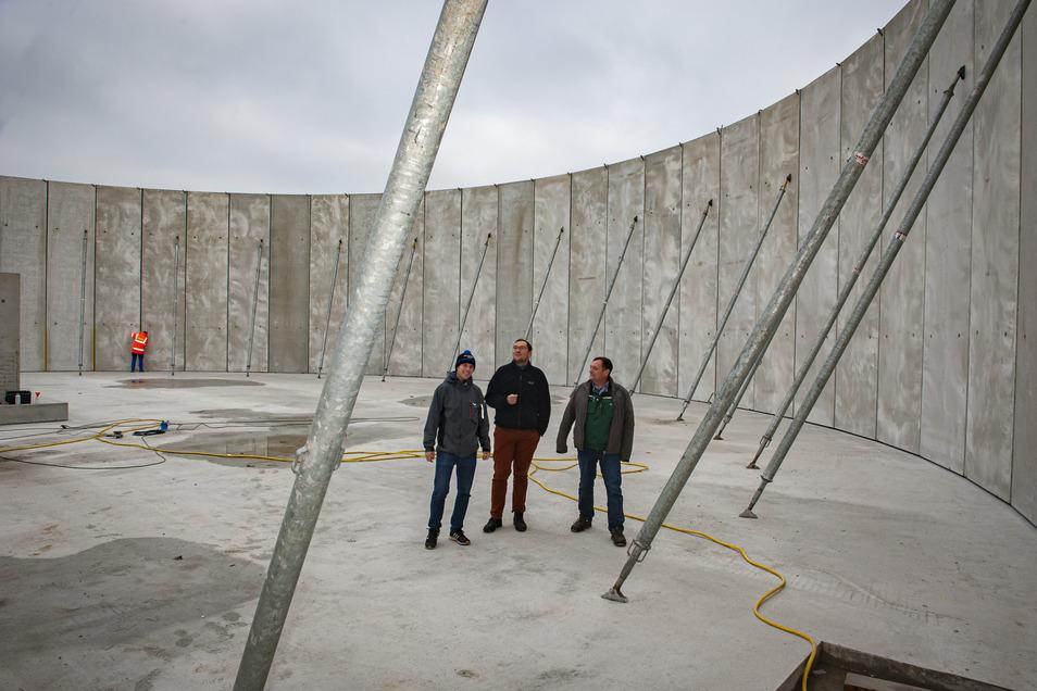 Torsten Pschorn (r.) und Tobias Schäfer (l.) zeigen Bürgermeister Hentschel das im Bau befindliche Güllebecken. Es hat ein Fassungsvermögen von 8.000 Kubikmeter.