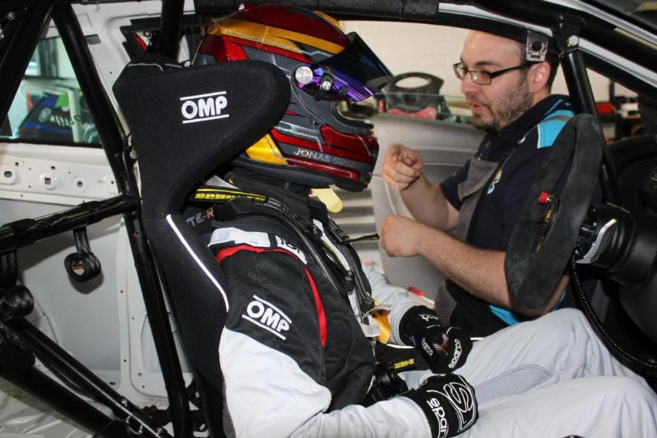 Vorher ist Jonas Kart gefahren. Im Tourenwagen ist er schneller unterwegs.