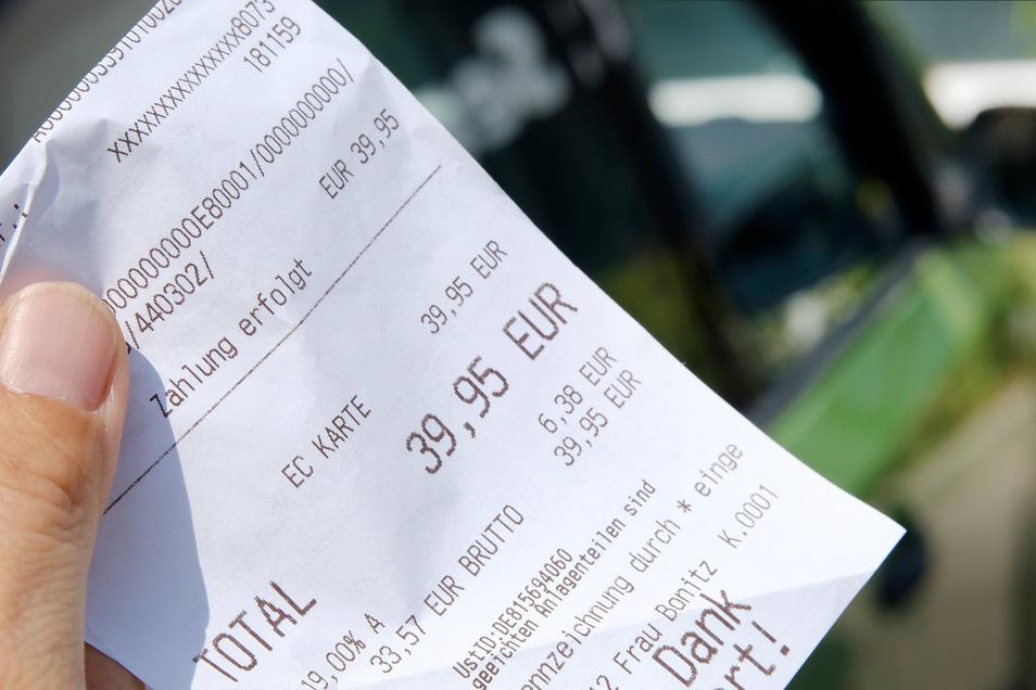 Benzinkosten einstreichen, ohne zu tanken? Bei einer Firma geht das ganz offiziell. Eine Tankrechnung genügt, egal, von wem sie stammt. Ein leitender Mitarbeiter aber nutzt das aus.