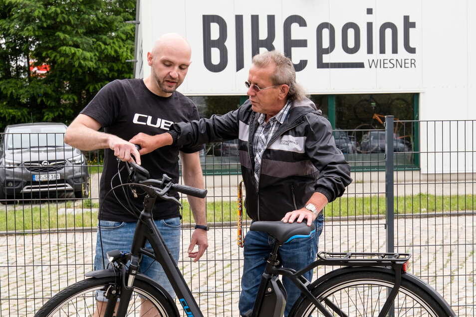 Falk Rehfeld (links) vom Cube-Store Görlitz erklärt dem Schülerlotsen Konrad Brussig das neue E-Bike.